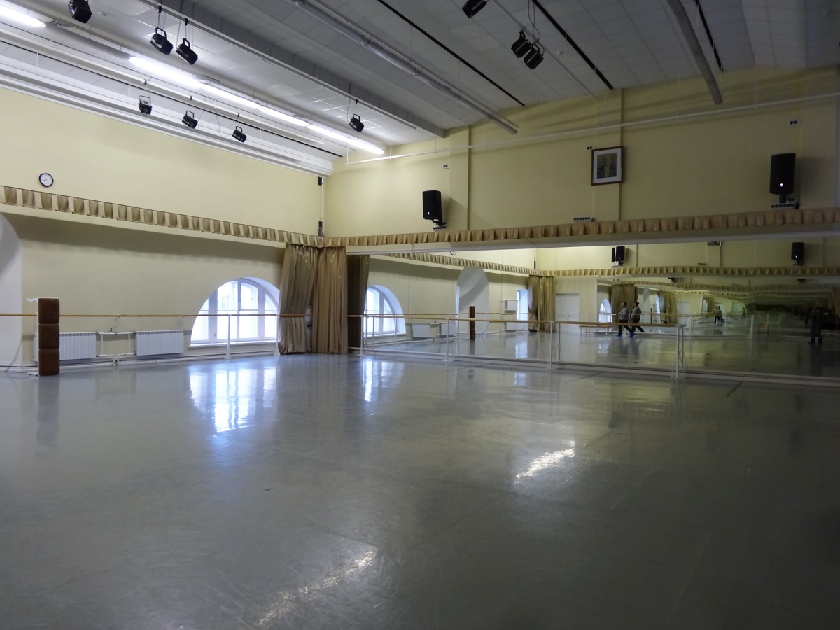 The-large-rehearsal-studio-with-straight-floor
