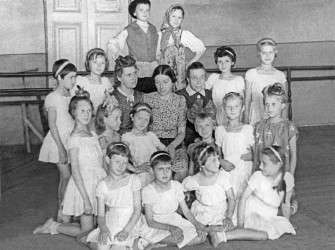 В.И.Костровицкая-(в-центре) среди учащихся блокадного набора перед весенними экзаменами. Слева от нее – Л.И.Ярмолович. 194