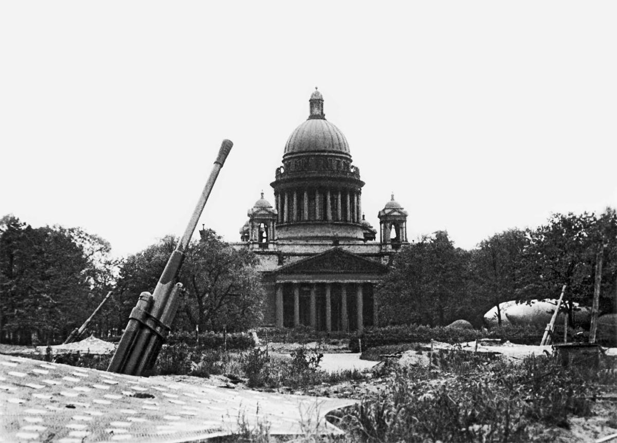 Зенитная-батарея-у-Исаакиевского-собора.-1942