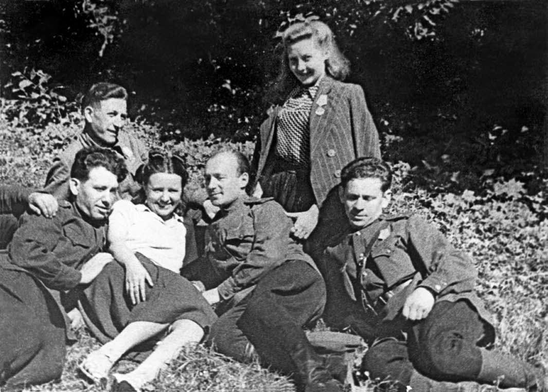 Н.Б.Ястребова-(вторая-справа)-после-выступления-на-фронт