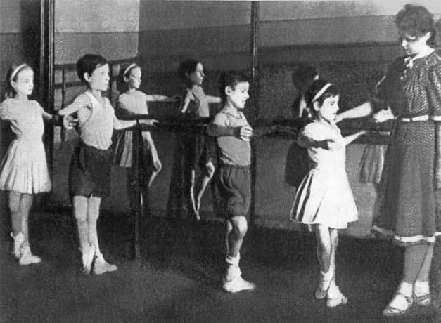 Урок-в-блокадном-Ленинграде-учеников-1-го-класса-В.Новиченок,-В.Зимин, В.Лопухин, А.Стырт, преподаватель Л.И.Ярмолович. 1943