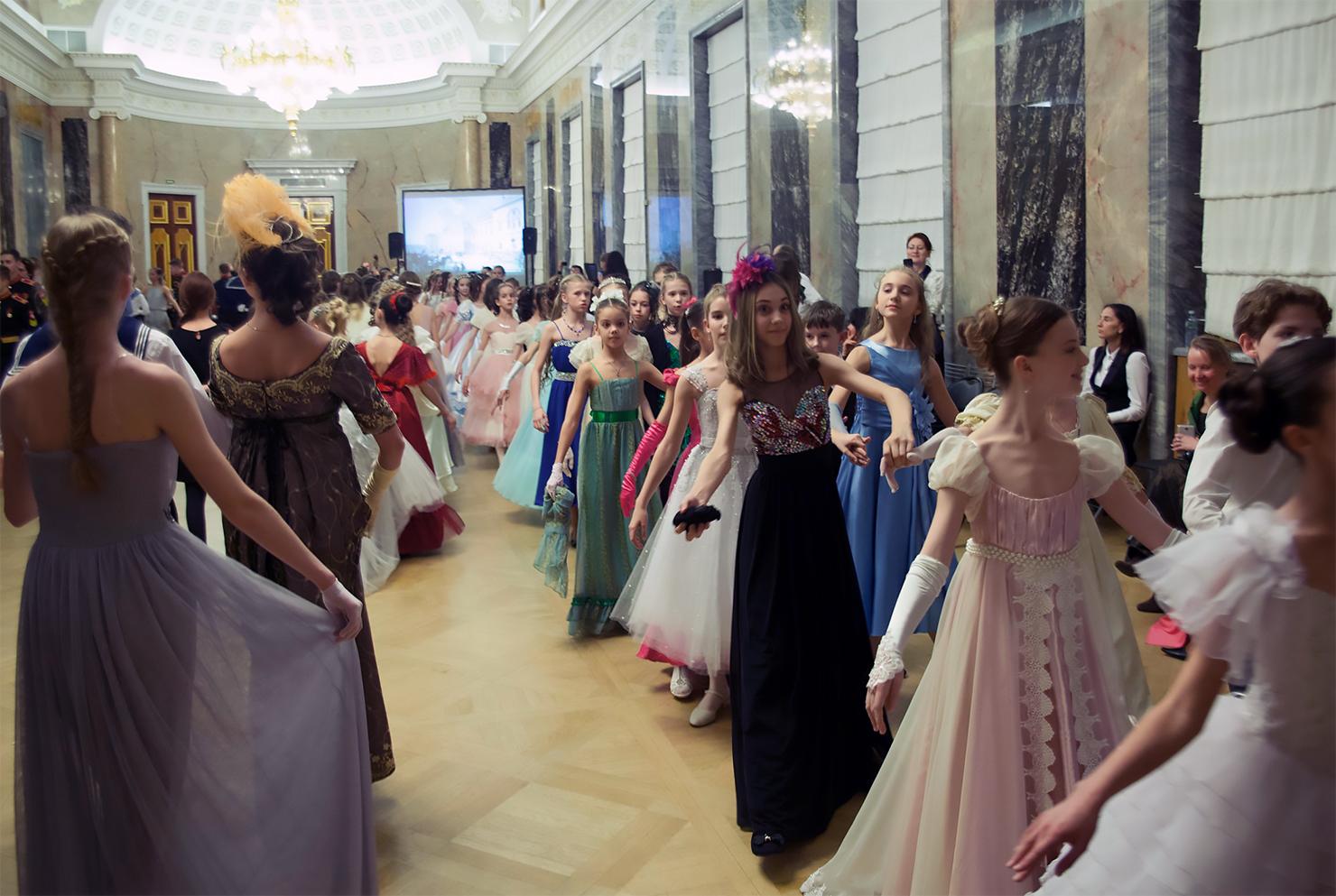 http://vaganovaacademy.ru/vaganova/news/photo/2016.12.27_Rozhdestv_bal/Zimniy_bal_5.jpg