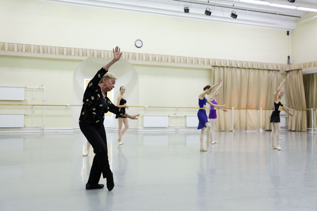Marina Vasilieva is giving a class for girls in the I round of competition